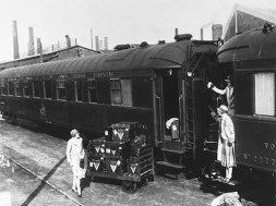 Aristocracy started to travel by train with Clothes and luggage